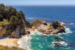 在加利福尼亚海岸的美丽的海滩 库存照片