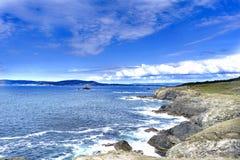 在加利西亚的大西洋海岸的岩石峭壁一个大海湾的和 免版税库存图片