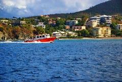 在加勒比圣约翰, USVI的红色拖轮 免版税库存照片