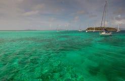 在加勒比岛附近的几条游艇 库存图片