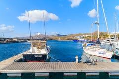 在加勒比样式Puerto Calero小游艇船坞乘快艇小船 库存照片