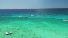 在加勒比海水的鸟瞰图 筏和速度小船在海洋 股票录像