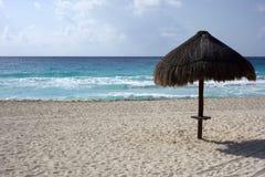 在加勒比海海岸,坎昆的沙滩伞 免版税库存图片