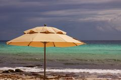 在加勒比海滩的伞 免版税库存照片