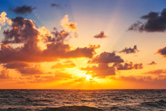 在加勒比海的美好的cloudscape,日出射击 库存图片