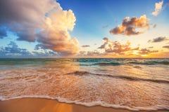 在加勒比海,日出射击的美好的cloudscape 库存照片
