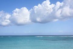在加勒比海,热带海景的大白色云彩,蓝色 免版税库存照片