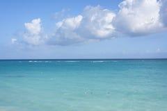 在加勒比海,热带海景的大白色云彩,蓝色 图库摄影