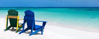 在加勒比海滩的五颜六色的躺椅 库存图片