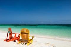 在加勒比海滩的五颜六色的躺椅 免版税库存图片