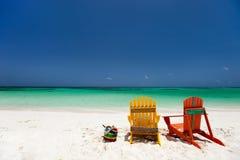 在加勒比海滩的五颜六色的躺椅 图库摄影