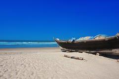 在加勒比海滩的小木小船 免版税库存照片