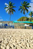 在加勒比海滩的蓝色篷布 免版税库存图片