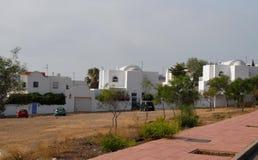 在加塔角附近的一些现代白色房子在安大路西亚(西班牙)咆哮 库存照片