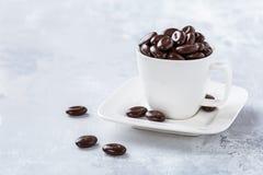 在加奶咖啡杯子的黑暗的巧克力糖 库存照片