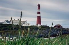 在加姆维克,芬马克郡, Nordkinn,挪威附近的红色Slettnes灯塔 库存照片