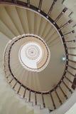 在加尔各答,印度从下面观看的弯曲的楼梯 库存图片