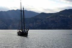 在加尔达湖接近的港口的老帆船 免版税库存照片