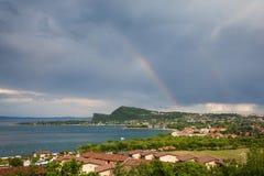 在加尔达湖海湾的彩虹  免版税库存照片