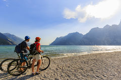 在加尔达湖的山骑自行车的夫妇 免版税库存照片