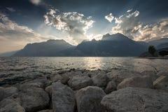 在加尔达湖的日落 库存图片