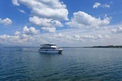 在加尔达湖的船 免版税库存图片