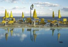 在加尔迪尼di纳克索斯洋锋的印象深刻&松弛清楚的水池在西西里岛 免版税库存图片