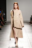 在加布里埃莱Colangelo时装表演期间,模型走跑道 库存照片
