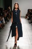 在加布里埃莱Colangelo时装表演期间,模型走跑道 图库摄影