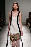 在加布里埃莱Colangelo时装表演期间,模型走跑道 免版税图库摄影