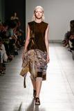 在加布里埃莱Colangelo时装表演期间,模型走跑道 免版税库存图片