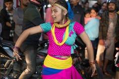 在加德满都,尼泊尔街道的女孩跳舞在10月2017年庆祝的屠妖节/Tihar节日,灯节 库存图片