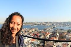 在加拉塔桥梁上的女孩在伊斯坦布尔 免版税库存照片