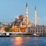 在加拉塔桥梁附近的清真寺在晚上在伊斯坦布尔 图库摄影