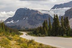 在加拿大人罗基斯的山路 免版税库存图片
