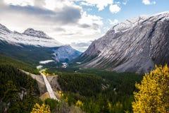 在加拿大山的高速公路 库存照片