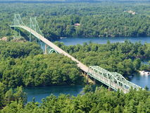 在加拿大木头中间的长的桥梁 免版税库存图片