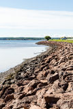 在加拿大海岸的岩石防波堤 免版税库存图片