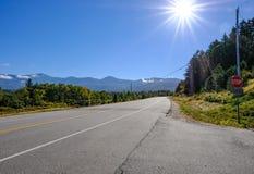 在加拿大美国边界的一条空的高速公路看见的清楚的蓝天 库存照片