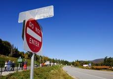 在加拿大美国边界的一条空的高速公路看见的清楚的蓝天 免版税库存图片