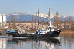 在加拿大西海岸的商业捕鱼业小船 免版税库存图片