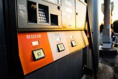 在加油泵的太阳设置 库存图片