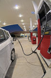在加油站修改过的便利商店的小汽车换装燃料 免版税图库摄影