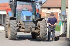 在加油站的拖拉机 免版税库存照片