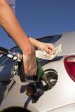 在加油站的换装燃料通信工具 免版税库存图片
