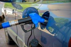 在加油站的汽车 免版税库存图片