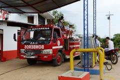 在加油站的消防车 免版税库存图片