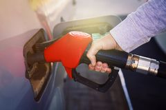 在加油站的燃料汽车 在气泵的抽的气体 人抽的汽油燃料特写镜头在汽车的在加油站 库存照片