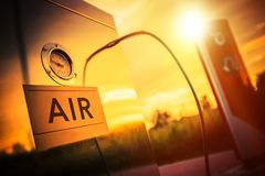 在加油站的空气压缩机 免版税库存照片