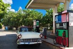 在加油站的美国红色白色经典汽车在巴拉德罗角古巴- Serie古巴报告文学 免版税图库摄影
